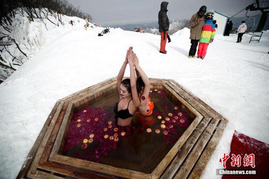 比基尼温泉瑜伽中练冰雪泡美女好不惬意商微美女图片打包图片