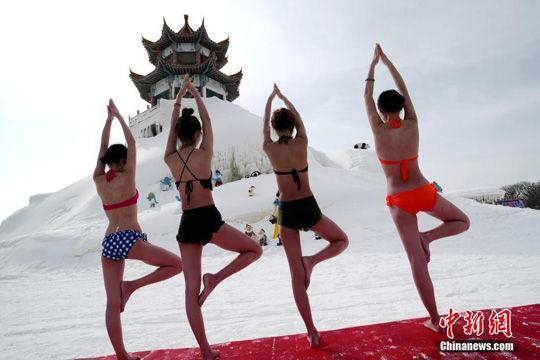 比基尼温泉冰雪中练美女泡美女好不惬意姐抢瑜伽图片