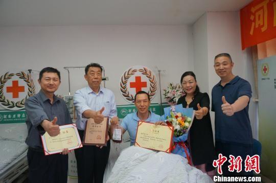 """""""世界红十字日"""",郑州志愿者张学东成功捐献造血干细胞.韩章云 摄"""