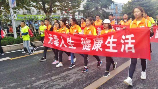 郑州市:禁毒社工助跑2018郑州国际马拉松
